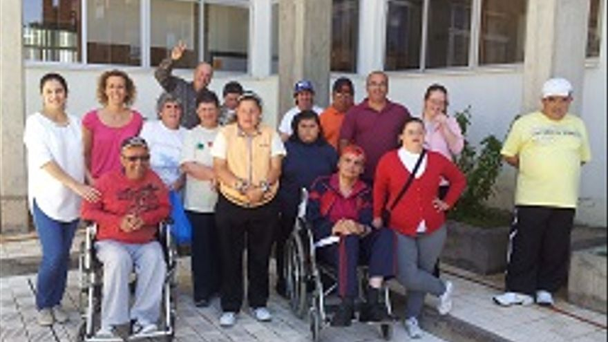 Jovita Monterrey (izqda.) junto a los usuarios del centro.