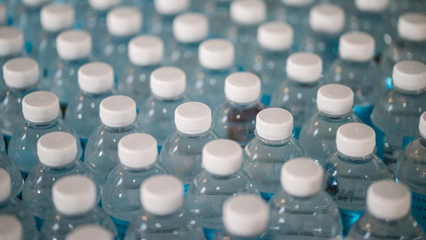 Gracias al ecodiseño, las botellas de plástico ahora pesan, de media, un 18% menos que hace unos años.