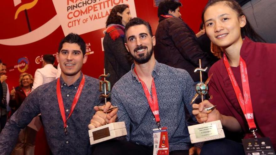 La chef Shuyun Chen (d), de Nueva Zelanda, y los hermanos Luís Antonio y Javier Carcas, de Zaragoza, respectivamente, ganan en 2018 el II Campeonato Mundial de Tapas y el XIV Concurso Nacional de Pinchos y Tapas, celebrados en Valladolid.