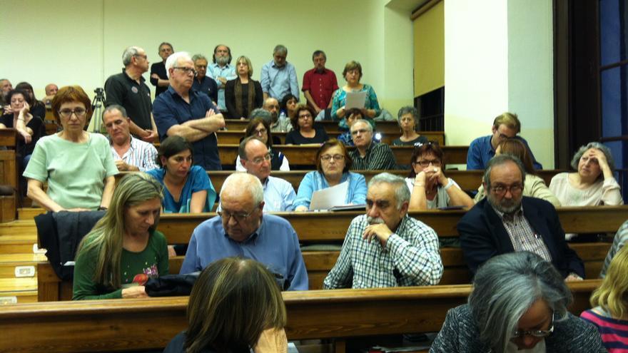 Felisa Echagoyen (izda), en pie mientras escucha el discurso de Isabel García Alegre. \ S.P.