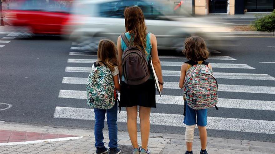 Imagen de archivo de una mujer con dos niños.