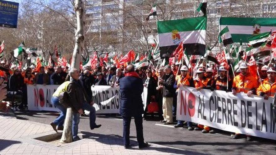 Las pancartas y banderines han llenado las calles de Madrid al grito de 'Aguablanca no se cierra'