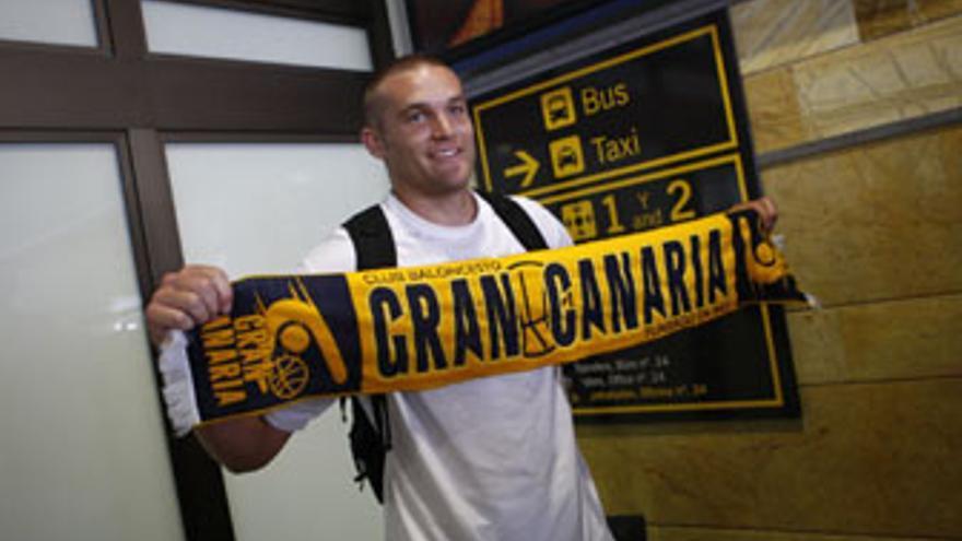 Michael Bramos, a su llegada al aeropuerto de Gran Canaria. (ACFI PRESS)