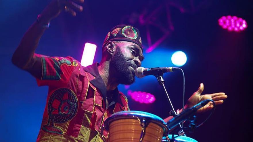 El músico ghanés Pat Thomas y su grupo Kwashibu Arfa Balad.