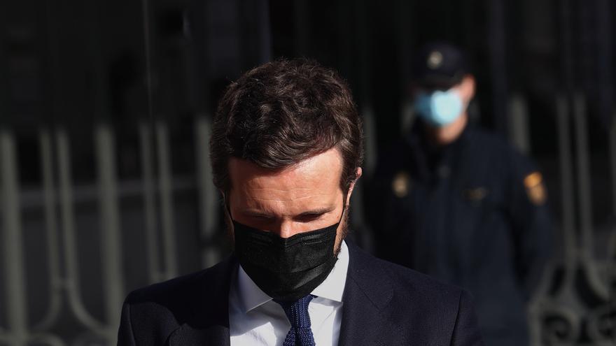 El presidente del Partido Popular, Pablo Casado. a su llegada a la firma contra la 'Ley Celaá', en la mesa instalada por el PP de Madrid en las inmediaciones del Congreso de los Diputados, en Madrid (España), a 19 de noviembre de 2020.