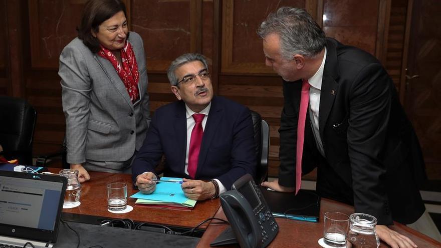 El vicepresidente Román Rodríguez conversa con Ángel Víctor Torres en el Consejo de Gobierno