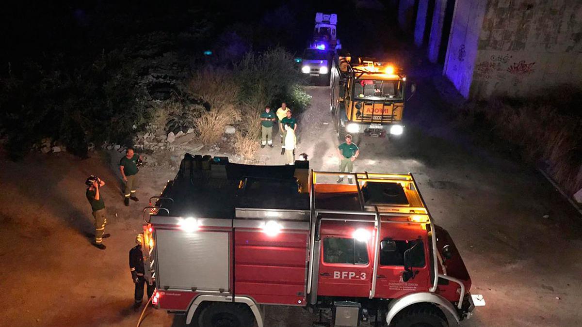 Imagen de archivo de los bomberos actuando de noche
