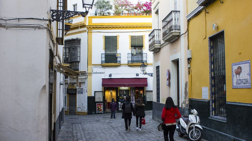 Paseantes por las callejuelas del barrio de Santa Cruz, la antigua medina árabe de Sevilla. Viajar Ahora