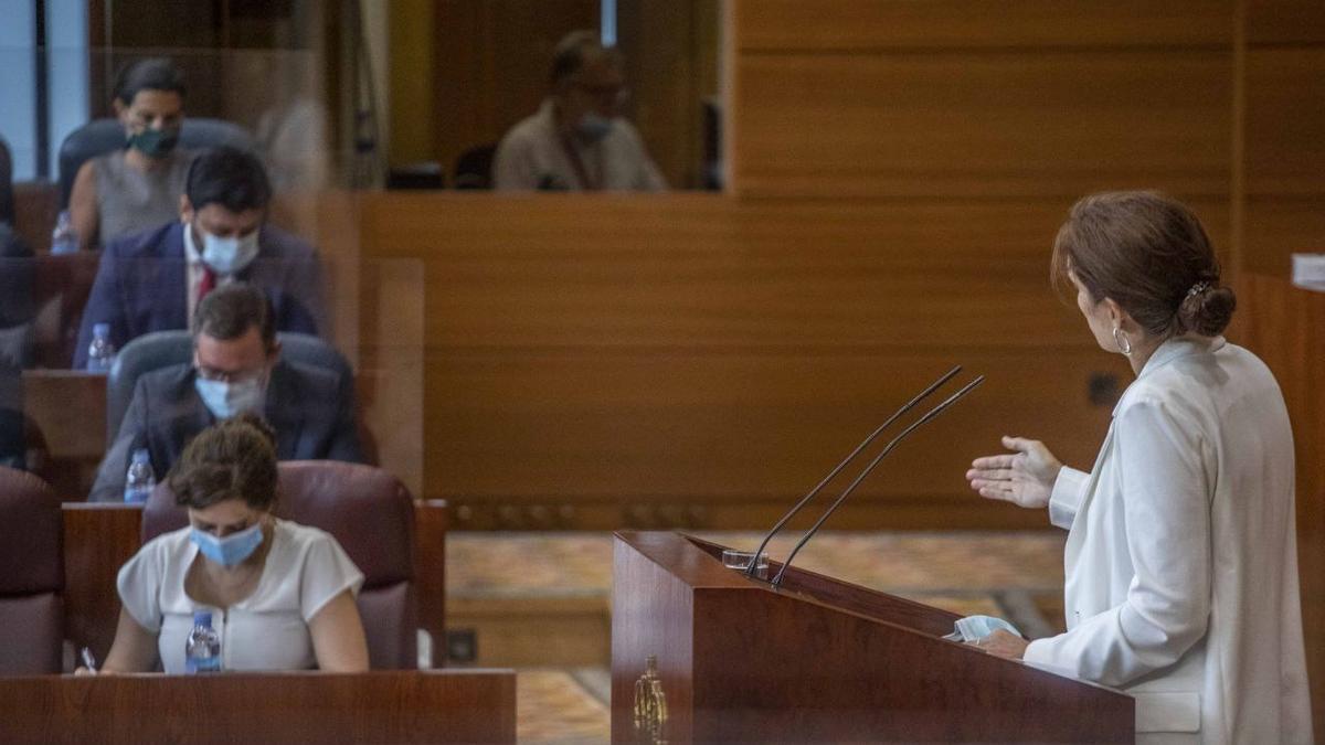 La portavoz adjunta de Más Madrid, Mónica García, se dirige la presidenta de la Comunidad de Madrid, Isabel Díaz Ayuso.