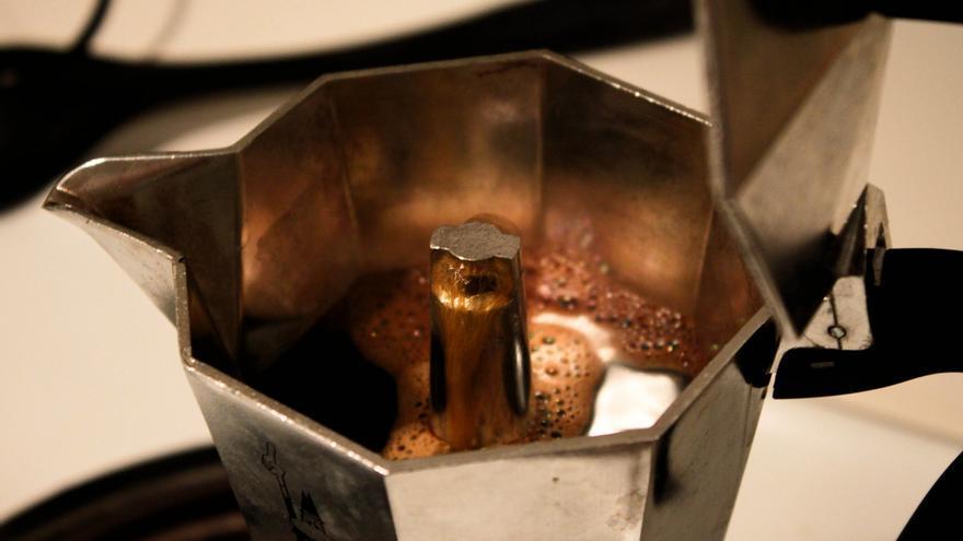 El café empieza a subir en la cafetera italiana. Foto: Ryan Clare