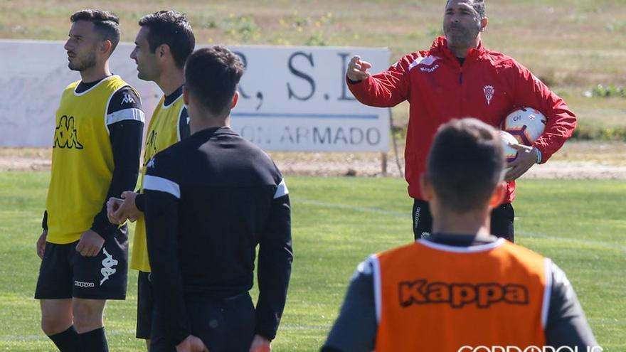 Rafa Navarro da instrucciones durante un entrenamiento | MADERO CUBERO