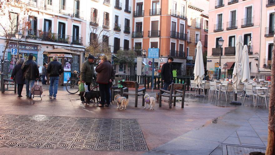 Algunos vecinos de la zona se reúnen a charlar en la plaza / Carolina Martínez