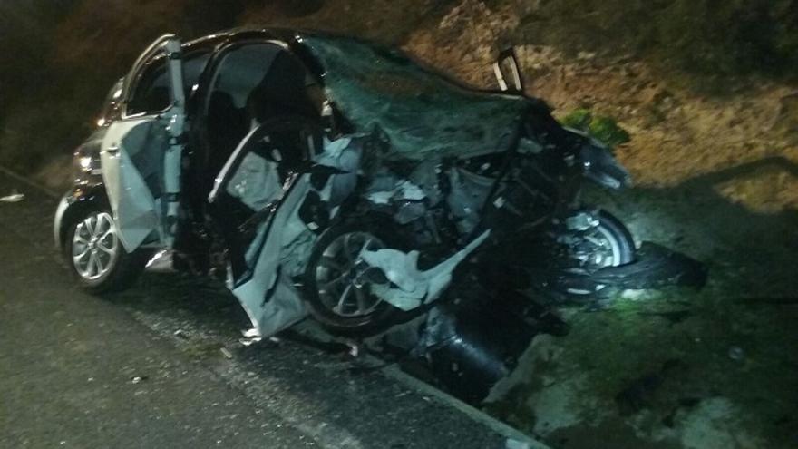 Tres heridos en una colisión frontal en Lanzarote en la que ardió uno de los vehículos.