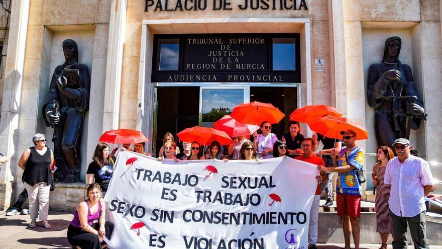 Concentración en apoyo a la víctima de `La Manada de Beniaján´/ CARLOS TRENOR