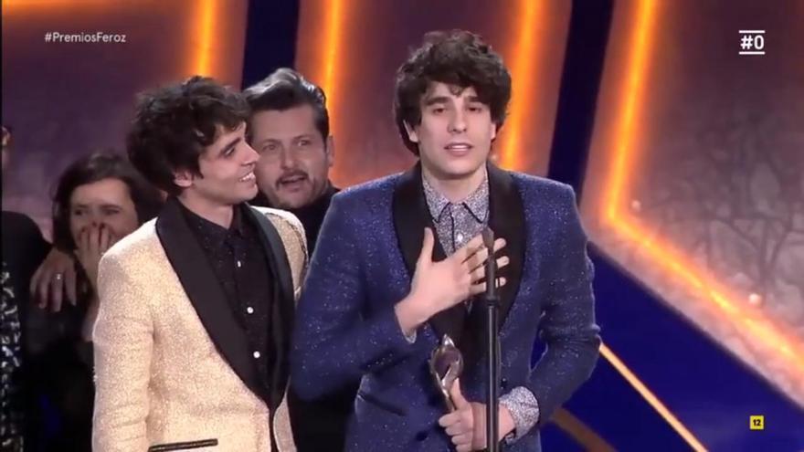 Los Javis recibiendo el premio Feroz a la mejor película de comedia por 'La Llamada'