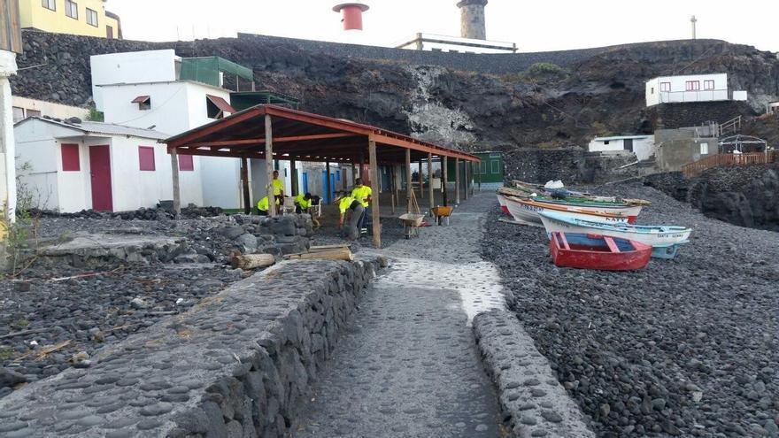 Trabajos de mejora en  la playa del El Faro de Fuencaliente.