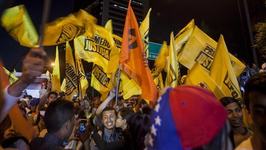Abren los colegios electorales en Venezuela para renovar el Parlamento