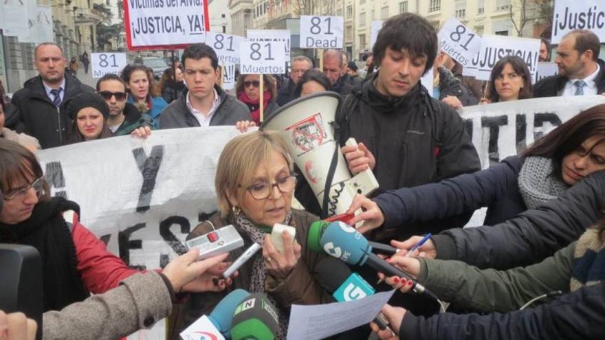 La exdiputada autonómica del PP en Madrid Teresa Gómez-Limón en una concentración de víctimas del Alvia