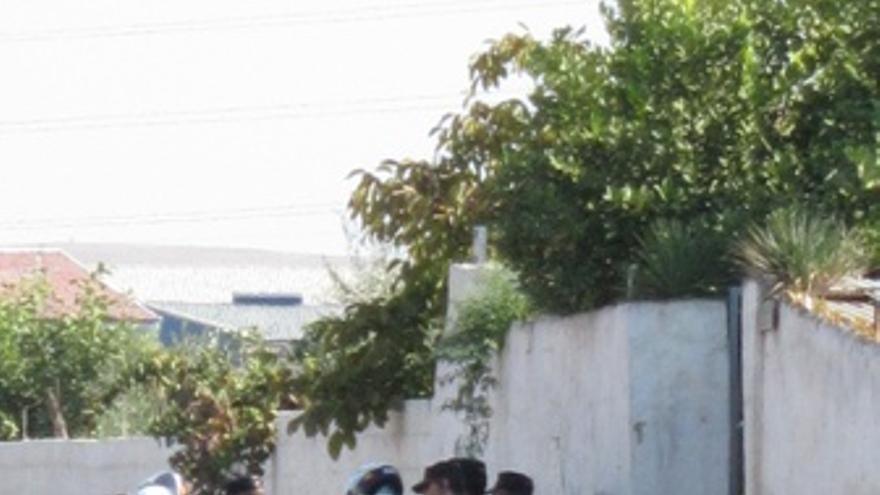 Agentes En La Puerta De La Finca De Córdoba En Búsqueda De Niños Desaparecidos