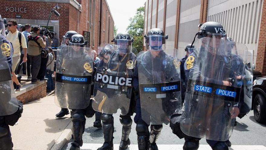 Policías de Virginia desplegados el domingo en las calles de Charlottesville.