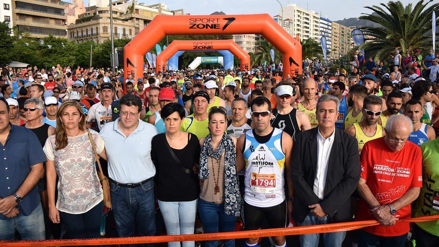 Santa Cruz de Tenerife celebra un minuto de silencio por los atentados de París antes del inicio del Maratón capitalino.