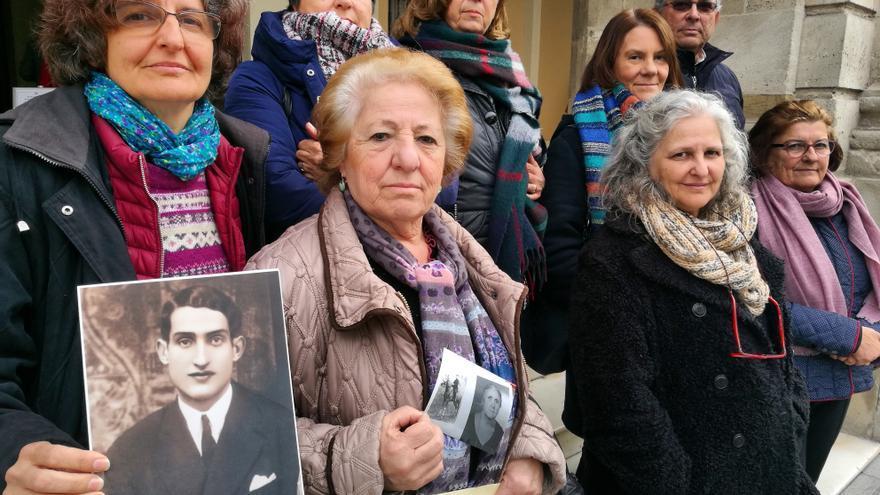 Familiares de víctimas del franquismo ante el Ayuntamiento de Sevilla.   JUAN MIGUEL BAQUERO