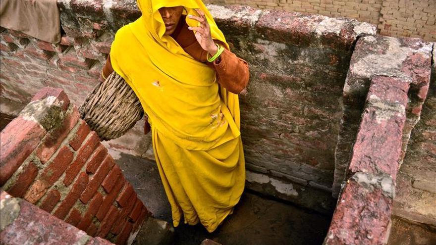 Sobras de comida y ropa usada a cambio de limpiar retretes a mano en la India