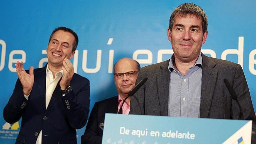 El candidato a la presidencia del Gobierno de Canarias, Fernando Clavijo, comparece tras conocer los resultados electorales, esta noche en Santa Cruz. (EFE/Cristóbal García)
