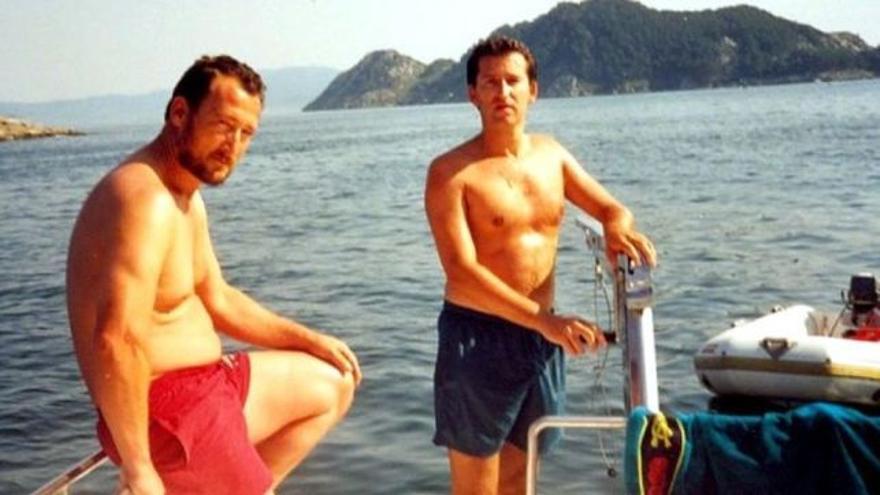 Marcial Dorado y Alberto Núñez Feijóo en la ría de Vigo en los años 90.