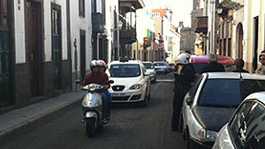 Arriba, dos policías informan a los acreedores delante de la casa de Carenzio. En el centro, talones sin fondo de un afectado. Abajo, la policía delante de la casa. (A.G.)