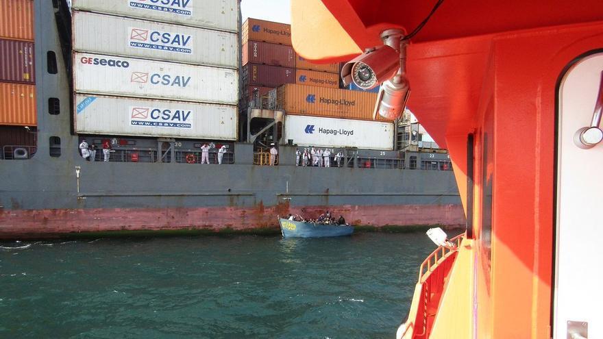 El buque 'Hansa Marburg' con la patera rescatada el martes 9 de agosto en aguas del Sáhara