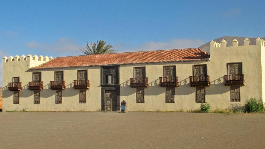 Fachada de la Casa de los Coroneles, en La Oliva (Fuerteventura).
