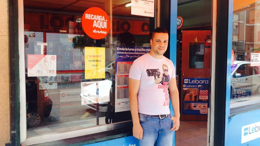 El joven argelino Hamza Khider, en la puerta del establecimiento que regenta.