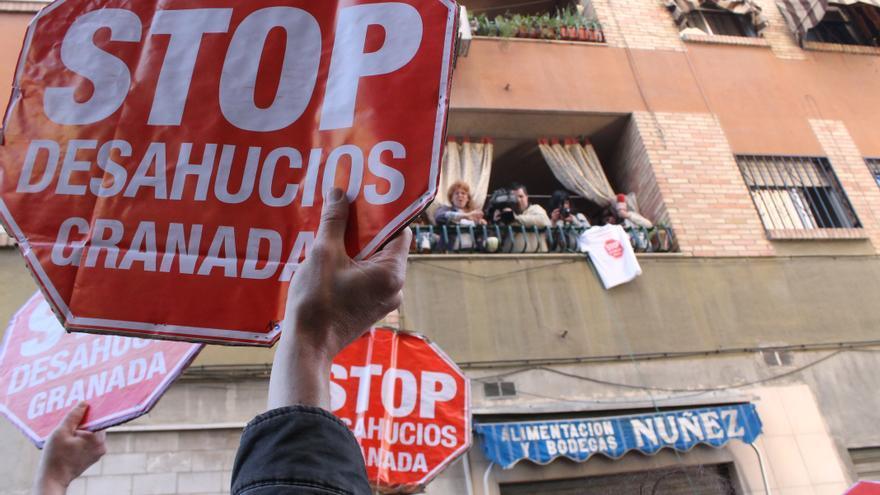 Stop desahucios defendiendo a Teresa Lechuga durante la ejecución de su desahucio