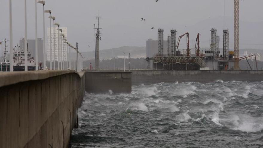 Los buques rápidos vuelven a navegar en el Estrecho al amainar el viento