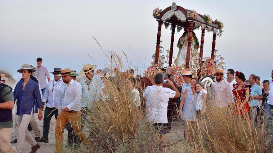 La virgen llega hasta la mar en memoria de los que murieron trabajando como marineros y pescadores