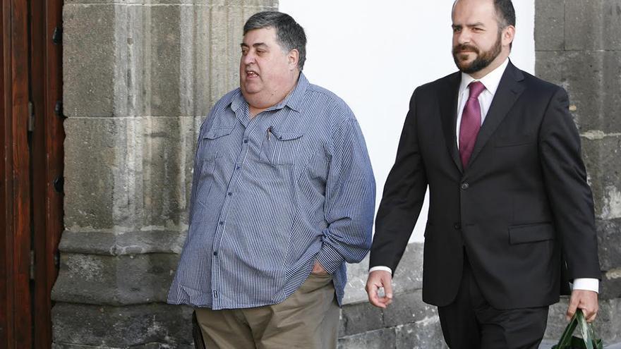 Evaristo González, a su entrada al Palacio de Justicia de Las Palmas de Gran Canaria. (ALEJANDRO RAMOS)