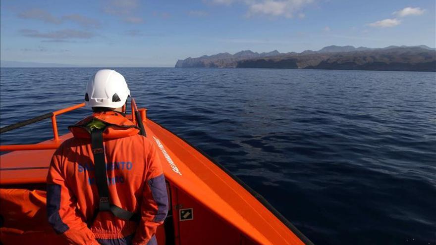 Reanudan la búsqueda de una patera con 49 inmigrantes al sur de Canarias