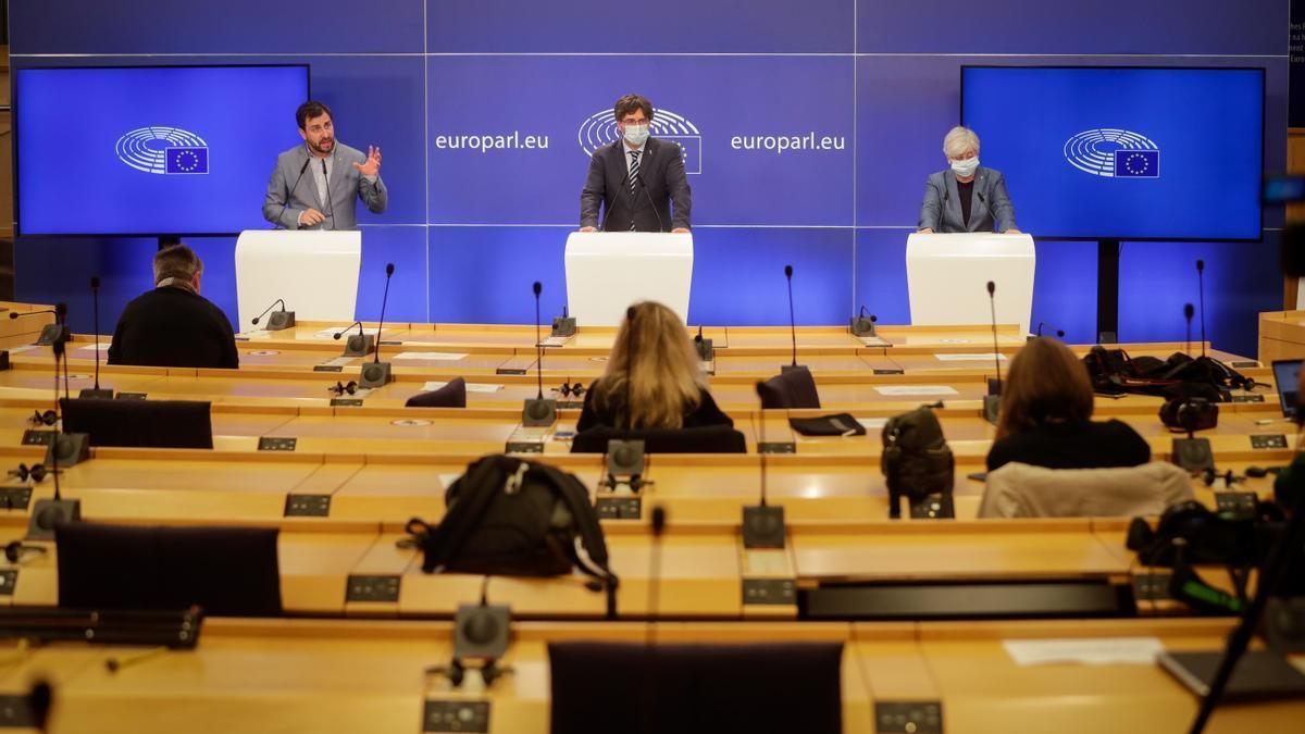 Comín, Puigdemont y Ponsati, en una comparecencia en el Parlamento Europeo. EFE/EPA/STEPHANIE LECOCQ