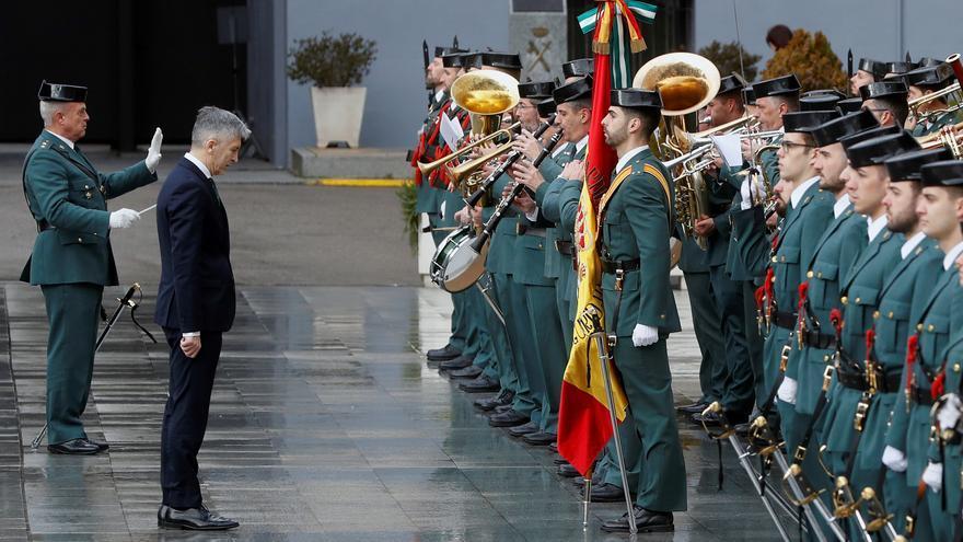 Grande-Marlaska saluda a la bandera durante la toma de posesión de la directora general de la Guardia Civil, el pasado enero. EFE/ J.J. Guillén