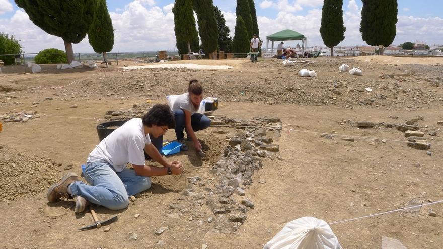 Los alumnos del Máster de Arqueología realizan su periodo de prácticas en Itálica
