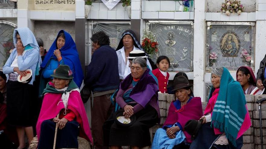 Oraciones, nostalgia, música y comida se conjugan en los cementerios de Ecuador
