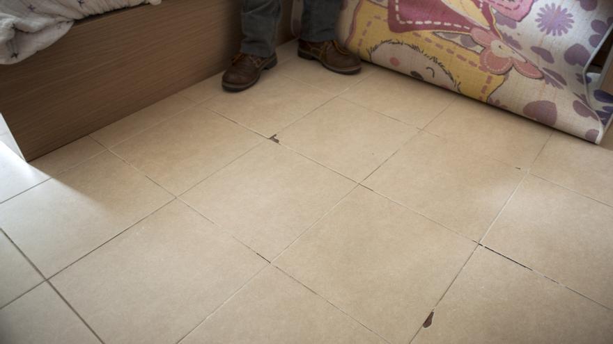 Las baldosas no están bien asentadas y se mueven y levantan del suelo produciéndose roturas. | J.G. Sastre