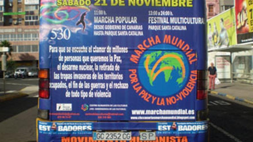 Guagua municipal de la capital grancanaria anunciando la marcha pro la paz y la no violencia. (CANARIAS AHORA)