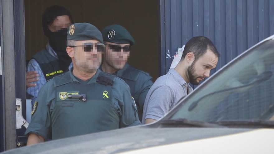 Salida de la Guardia Civil de la fábrica de Magrudis con Sandro Marín (d) uno de los hijos del propietario al que puso de testaferro.