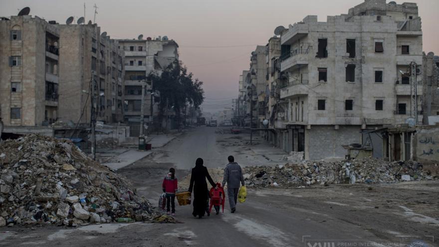 Una familia camina por calles vacías de Aleppo. Tratan de vivir una vida en la guerra de una ciudad desgarrada/ Niclas Hammarström