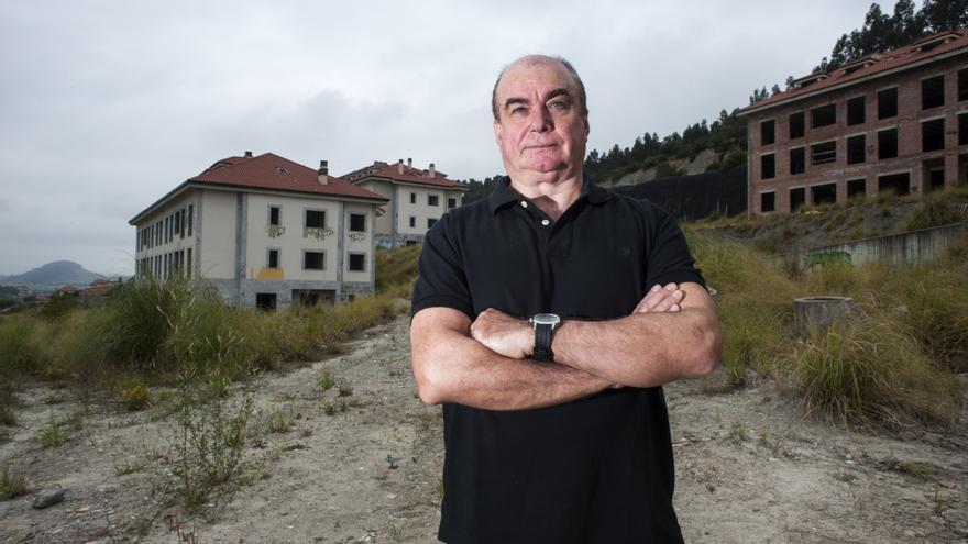 Carlos García, miembro de ARCA, frente a la 'megaurbanización' del Alto del Cuco.   JOAQUÍN GÓMEZ SASTRE