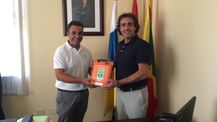 El director general de Spar La Palma, José Gabriel Barreto, entrega el desfibrilador al alcalde de San Andrés y Sauces, Francisco Paz.