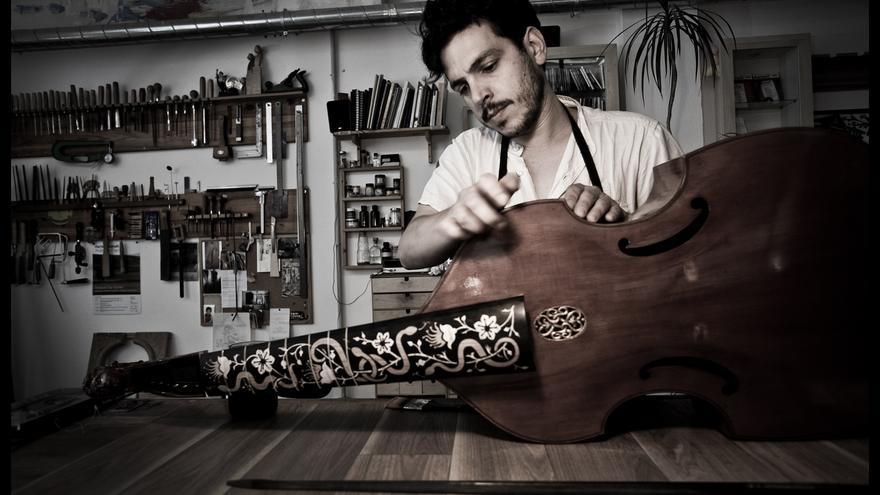 Pablo, luthier especializado en la fabricación de violas da gamba. También dedicado a la reparación de otros instrumentos de la familia de la cuerda frotada.