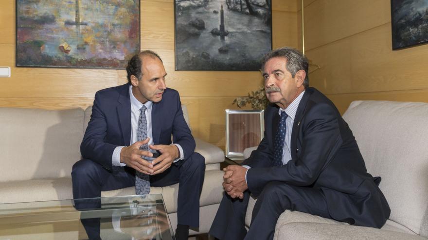 Miguel Ángel Revilla e Ignacio Diego durante la reunión para realizar el traspaso de poderes.